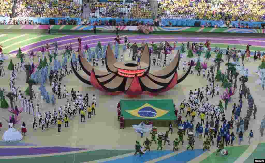 Penyanyi Brazil Claudia Leitte tampil di panggung berbentuk bunga merekah dalam upacara pembukaan Piala Dunia 2014 di arena Corinthians, Sao Paulo (12/6). (Reuters/Paulo Whitaker)