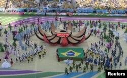 Penyanyi Brazil Claudia Leitte tampil di panggung dalam upacara pembukaan Piala Dunia 2014 di arena Corinthians, Sao Paulo , 12 Juni 2014 (REUTERS/Paulo Whitaker)