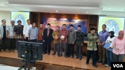 Sejumlah aktivis lintas agama mengikuti diskusi tentang kebebasan beragama dan berkeyakinan di Fakultas Hukum Universitas Airlangga Surabaya (foto Petrus Riski/VOA).