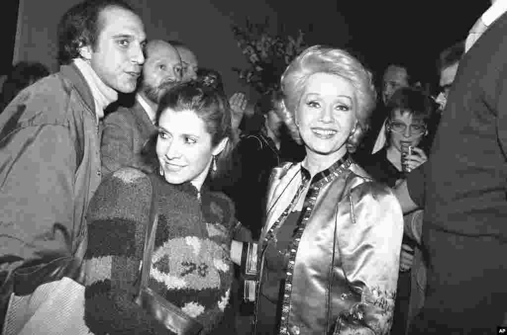 អ្នកស្រី Debbie Reynolds និងកូនស្រី Carrie Fisher ញញឹមទៅកាន់ហ្វូងសប្បុរសជននៅក្នុងពិធីជប់លៀងមួយក្នុងទីក្រុងញូវយ៉កកាលពីថ្ងៃទី១៧ កុម្ភៈ ឆ្នាំ១៩៨៣។ នេះជាការត្រលប់មកកាន់ Broadway វិញរបស់អ្នកស្រី Reynolds។ អ្នកស្រីបានឈានជើងចូលទៅក្នុងភាពយន្តបែបកំប្លែងមានចំណងជើងថា «Woman of the Year» ដែលរឿងនេះធ្លាប់ត្រូវបានសម្តែងដោយអ្នកស្រី Lauren Bacall និងអ្នកស្រី Raquel Welch។