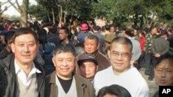 貴州維權人士在人民廣場,陳西為右二穿白衣者