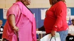 Dua orang perempuan pengidap obesitas di New York. (AP/Mark Lennihan)