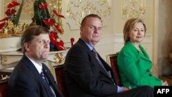 Obama administrasiyasının Rusiya üzrə baş müşaviri Maykl Makfol (solda), ABŞ-ın Milli Təhlükəsizlik məsələləri üzrə müşaviri, general Cim Cons və Dövlət katibi Hillari Klinton 2010-cu il aprelin 8-də Praqada prezident Barak Obama və Rusiya prezidenti Dmit