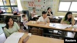 Cô dâu Việt Nam trong một lớp học tiếng Hàn ở Hàn Quốc.