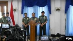 Panglima TNI Jenderal Moeldoko di Pangkalan TNI AU Halim Perdana Kusumah, Jakarta, Minggu (8/6). (VOA/Andylala Waluyo)