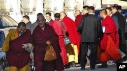 达赖喇嘛(中间戴眼镜者) 11月8日在乌兰巴托离开格斗宫
