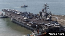 미국의 핵 추진 항공모함인 '니미츠호'(9만7천t급)가 11일 오전 부산 해군기지에 입항하고 있다. 니미츠호(CVN 68)는 길이 332m, 너비 76m인 축구장 3배 넓이의 비행갑판을 갖추고 있다. 높이는 23층 건물과 맞먹는다. 최고 속력이 30노트(시속 56km)인 이 항모는 슈퍼 호넷 전투기(F/A-18E/F)와 조기 경보기(호크아이 2000), 전자 전투기(EA-6B), 공격용 헬기 등 항공기 80여 대를 탑재하고 있다.
