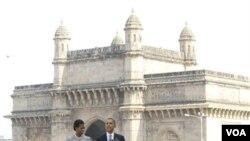 Presiden Barack Obama didampingi ibu negara Michelle Obama memberikan pidato di depan hotel Taj Mahal Palace di Mumbai, India yang pernah menjadi sasaran serangan teroris dua tahun lalu.
