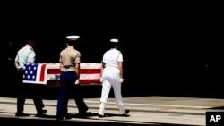 지난 2007년 4월 미국 하와에 힉캠공군기지에서 한국전 참전 미군 유해를 운구하고 있다. 북한은 한국전에서 사망한 미군 6명의 유해를 발굴했다며, 앞서 방북한 빌 리처드슨 뉴멕시코 주지사를 통해 미국에 전달했다. (자료사진)