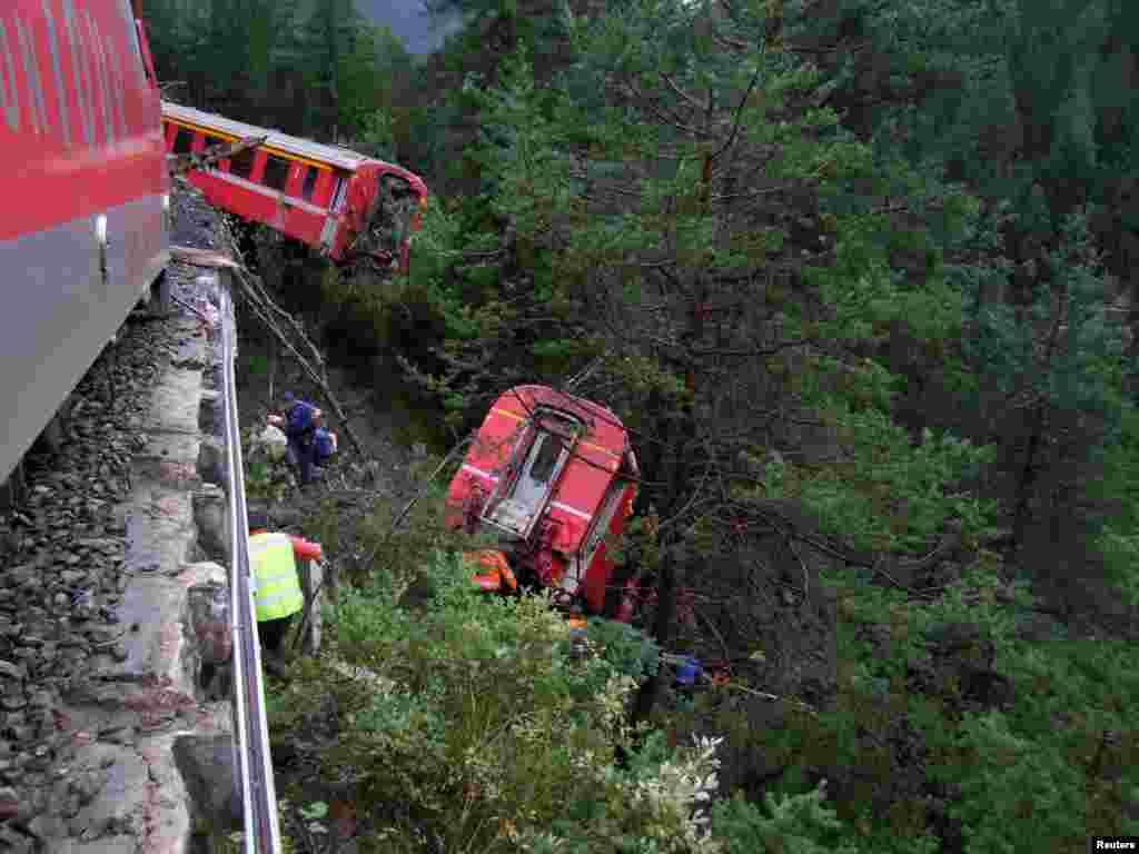스위스 남동부 지역 산기슭에서 산사태가 발생해 기차가 협곡으로 탈선했다. 적어도 3개의 객차가 탈선해 여러 명의 승객이 부상을 입은 가운데, 경찰과 구조대가 출동했다.