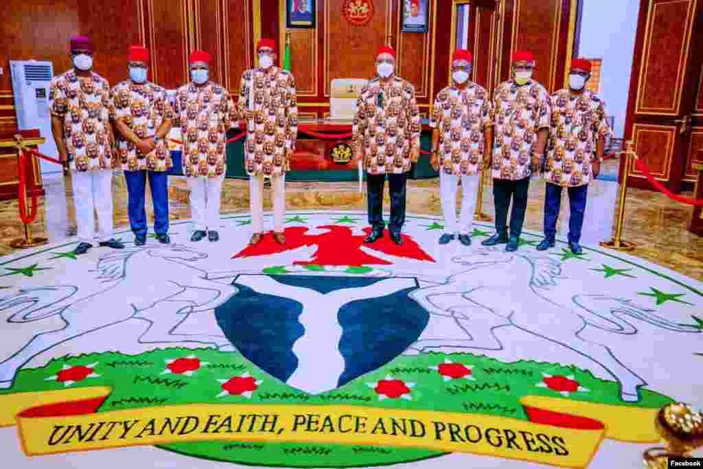 Shugaba Buhari da jami'an fadar gwamnatin jihar Imo(Facebook/Femi Adesina)