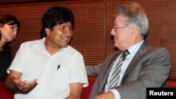 El presidente de Bolivia, Evo Morales hablando con un intérprete del presidente austríaco, Heinz Fischer, durante la conferencia de prensa en Viena, donde ocurrió el incidente que involucró a España.