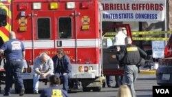 Para petugas medis berada di lokasi penembakan anggota Kongres Gabrielle Giffords, di kota Tucson, Arizona, Sabtu 8 Januari 2011.