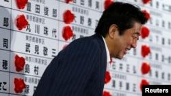 7月21日日本首相安倍離開東京一個競選中心。