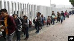 غیر قانونی طور پر سرحد عبور کرنے والے خاندانوں کو پکڑنے کے بعد بچوں کو ان سے الگ کر دیا جاتا ہے۔