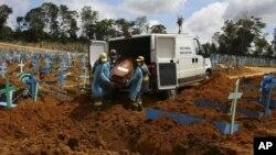 ARHIVA - Sahrana žrtava koronavirusa u Brazilu (Foto: AP/Edmar Barros)
