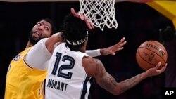 Anthony Davis des Lakers, à gauche.