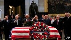 អតីតរដ្ឋមន្ត្រីការបរទេសលោក Colin Powell (រូបទី៣រាប់ពីឆ្វេង) ដឹកនាំអតីតមេបញ្ជាការ Operation Desert Storm គោរពវិញ្ញាណក្ខន្ធលោកអតីតប្រធានាធិបតី George H.W. Bush កាលពីថ្ងៃទី៤ ខែធ្នូ ឆ្នាំ២០១៨។