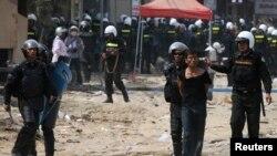 Một người biểu tình bị bắt trong vụ đụng độ giữa công nhân xưởng may và lực lượng an ninh ở Phnom Penh, ngày 3 tháng 1, 2014