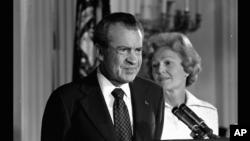 這張黑白照片顯示,1974年8月9日,尼克松總統在白宮宣布辭去美國總統職位。