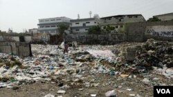ملیر کا رہائشی علاقہ جہاں کچرے کا بڑا ڈھیر نمایاں ہے۔