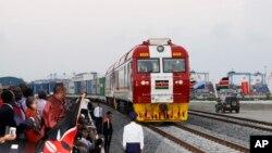 在肯尼亚总统肯雅塔注视下,中国援建的新铁路线的首发货运列车从蒙巴萨港口集装箱站出发,驶向内罗毕。(2017年5月30日)