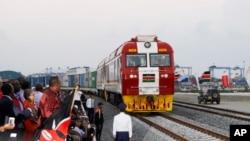 Kenyan President Uhuru Kenyatta, third from left, watches a cargo train carrying port containers begin its opening run from Mombasa to Nairobi, Kenya, May 30, 2017.