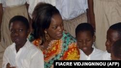 Rekiath Madougou dans un orphelinat de Porto-Novo, Bénin, à 30 km à l'est de Cotonou, 16 février 2009. A l'époque, elle était ministre de la microfinance. (archives)