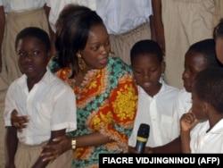 La ministre béninoise de la Microfinance, Reckya Madougou, dans un orphelinat à Porto-Novo, Bénin, le 16 février 2009. (archives)