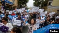 Người dân biểu tình ở Hà Nội sau khi công ty thép Formosa của Đài Loan xả thải làm cá chết hàng loạt ở 4 tỉnh miền Trung Việt Nam. Một hội nghị quốc tế vừa được tổ chức ở Washington để bàn thảo những khía cạnh pháp lý nhằm đưa vụ việc này ra công lý.