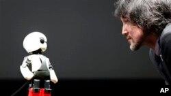 Humanoid communication robot Kirobo (ဂ်ပန္စကားေျပာစက္ရုပ္ေလး Kirobo)