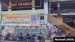 Petugas parkir duduk mengobrol di depan Pasar Kranggan, Yogyakarta yang sepi. (Foto:VOA/Nurhadi)