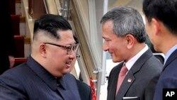 មេដឹកនាំកូរ៉េខាងជើង Kim Jong Un ត្រូវបានស្វាគមន៍ដោយរដ្ឋមន្រ្តីក្រសួងការបរទេសសិង្ហបុរីលោក Vivian Balakrishnan នៅអាកាសយានដ្ឋានអន្តរជាតិ Changi កាលពីថ្ងៃទី១០ មិថុនា ឆ្នាំ ២០១៨។