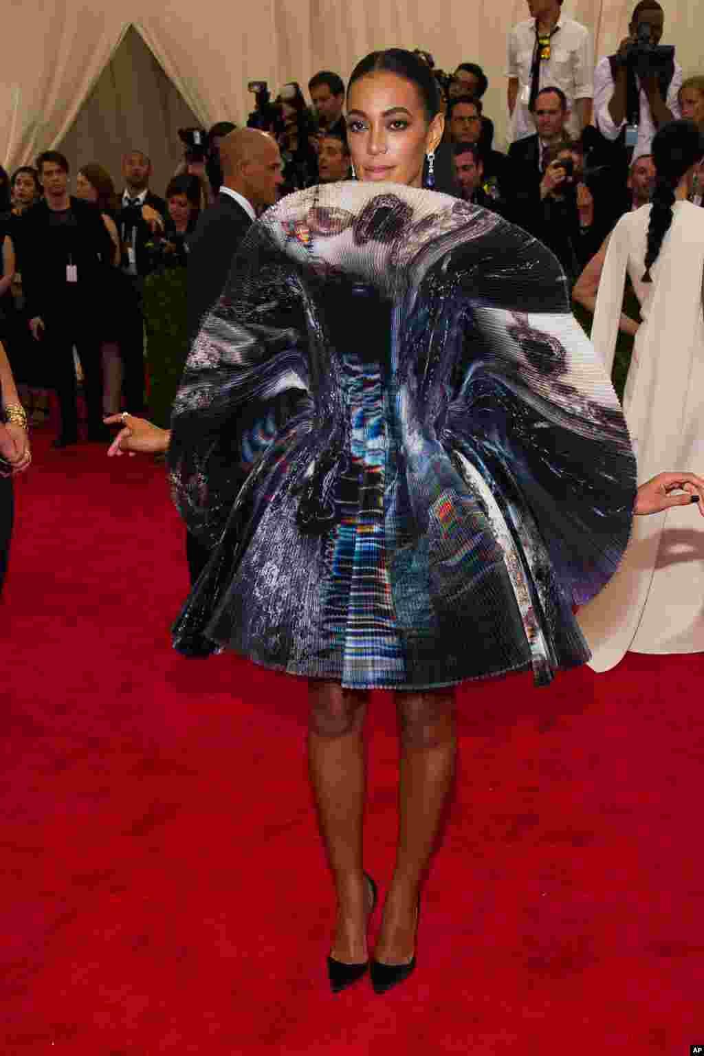 Solange Knowles, irmã da cantora Beyoncé, deixou bem menos à mostra com o vestido que escolheu.