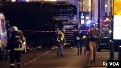 برلن کی کرسمس مارکیٹ پر ٹرک حملے کے بعد کا منظر۔ اس حملے میں 12 افراد ہلاک اور 50 زخمی ہو گئے تھے۔ 19 دسمبر 2016