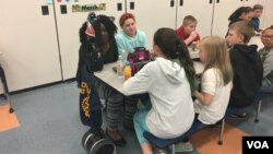 Students eat lunch at Point Pleasant Elementary School in Glen Burnie, Maryland. (E. Cherneff/VOA)