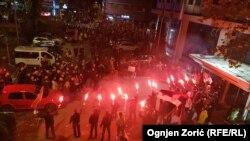 """Trenutak sastanka učesnika protesne šetnje """"1 od 5 milioma"""" i aktivista Dveri koje su blokirale ulaze u RTS, u Beogradu, 30. novembra 2019. (Foto: Ognjen Zorić, RSE)"""