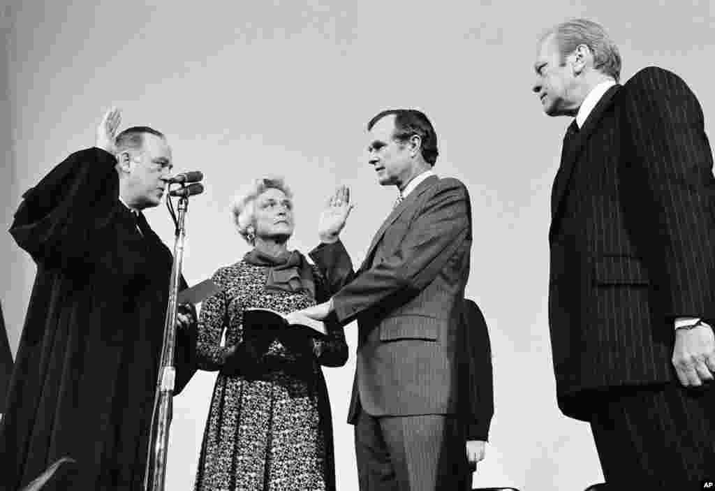 جرج اچ دبلیو بوش قبل از سمت هایی چون معاون پرزیدنت ریگان و رسیدن به سمت ریاست جمهوری، رئیس سازمان اطلاعات مرکزی موسوم به سازمان سیا بود. در عکس سال ۱۹۷۶، در حالیکه همسرش کنار او ایستاده، سوگند یاد می کند.