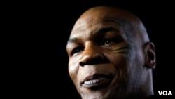 Tyson alcanzó fama como un boxeador invencible en el ring, siendo el luchador más joven en ganar un título en la categoría de pesos pesados.
