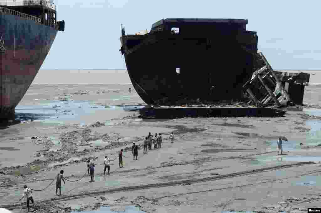بنگلہ دیش کے علاقے چٹاگانگ میں بحری جہازوں کی کاٹ پیٹ کی صنعت سے تقریباً تیس ہزار لوگوں کا روزگار وابستہ ہے.