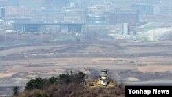 6일 북한군 1명이 상관을 살해하고 경의선 남북관리구역 군사분계선을 넘어 한국으로 망명한 가운데, 한국 측 도라산 전망대에서 바라본 북한 초소와 개성공단.