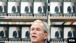 Bivši predsjednik Bush potpisuje knjigu na promociji u Texasu