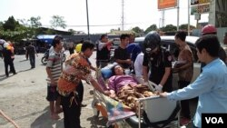 Indonesia earthquake victim is treated by first responders in Lombok, Indonesia, Thursday, Aug. 9, 2019. (Photo: Nurhadi Sucahyo for VOA Indonesia)
