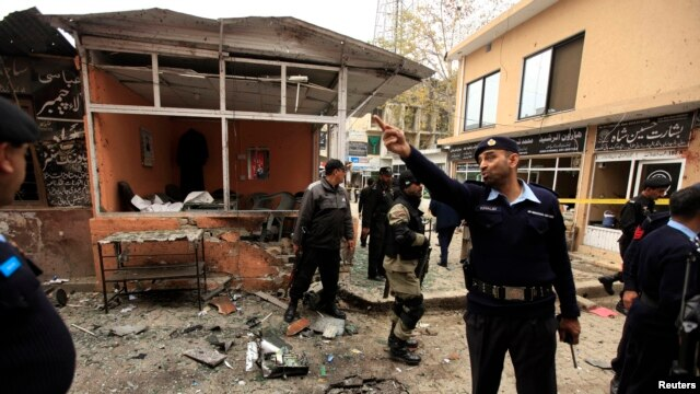 Policemen secure the site of a bomb attack at the district court in Islamabad, March 3, 2014.