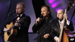 Jimmy Fortune nastupa s duom Jamie Dailey i Darrin Vincent na festivalu bluegrasa u Nashvilleu