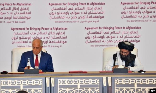 عبد الغنی برادر (دائیں جانب) نے 2020 میں امریکہ سے ہونے والے معاہدے پر دستخط کیے تھے۔ (فائل فوٹو)