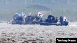 지난 11일 오전 인천시 강화군 서검도 인근 해상에서 한국 군과 해경, 유엔군사령부로 구성된 '민정경찰(Military Police)'들이 고속단정(RIB)을 타고 불법조업 중국어선 단속을 준비하고 있다.