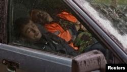 Rossiyada, avtomobilda tunayotgan ishchi muhojirlar. Krasnaya Polyana qishlog'i, 21-sentabr, 2013-yil.