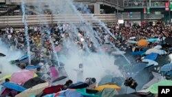 香港防暴警察向示威者發射催淚彈