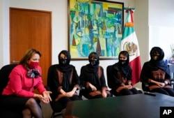 Martha Delgado, Wakil Menteri Urusan Multilateral dan Hak Asasi Manusia di Kementerian Hubungan Luar Negeri Meksiko berbicara dengan anggota tim robotika perempuan Afghanistan di Mexico City, Rabu, 25 Agustus 2021.